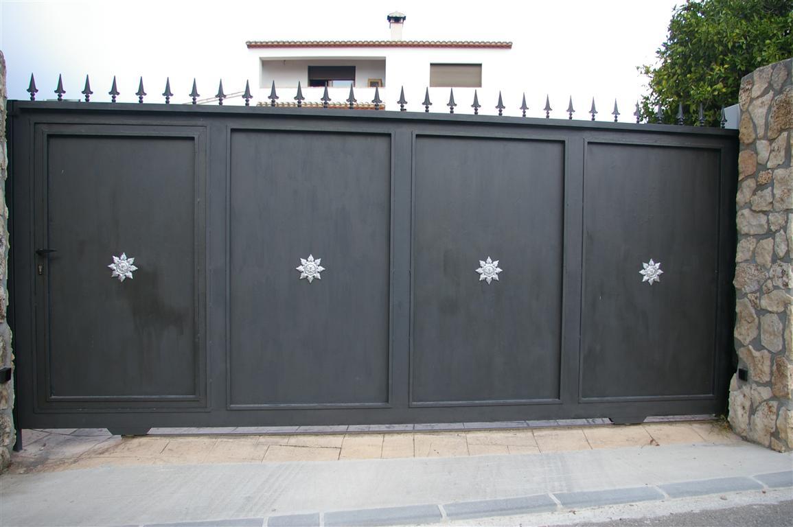 puerta con adornos una hoja corredera