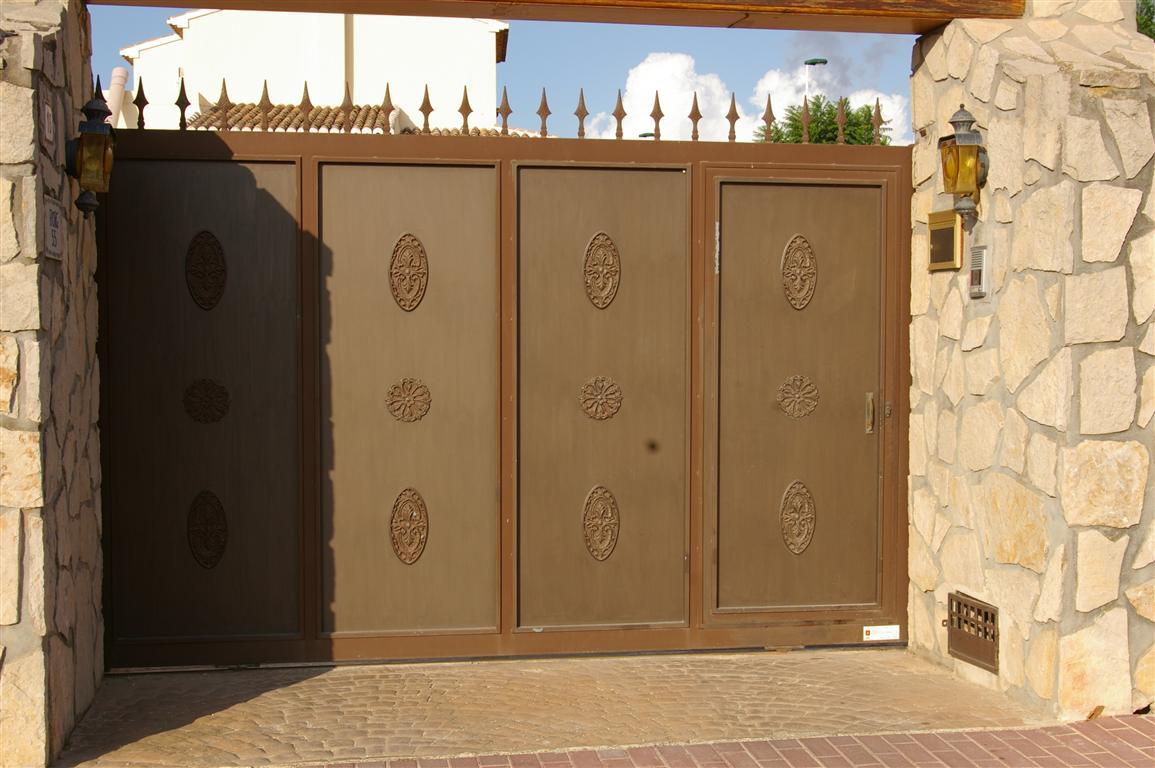 puerta doble hoja con adornos